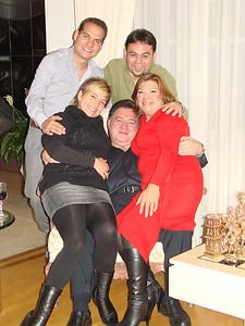 Esta es una de mis fotos favoritas, muestra el estado de ánimo de todos.  =-) Cena de Navidad Diciembre 2009